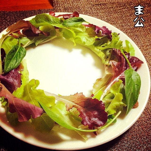 ま、クリスマスなので。 キャップのリースサラダ、素敵でした! キャップのをみんな見てね!という気持ちで、食べ友お願いします❤︎ ワチゃ全然レベル低いけど(笑) - 45件のもぐもぐ - 自家製野菜の リーズサラダ by makooo