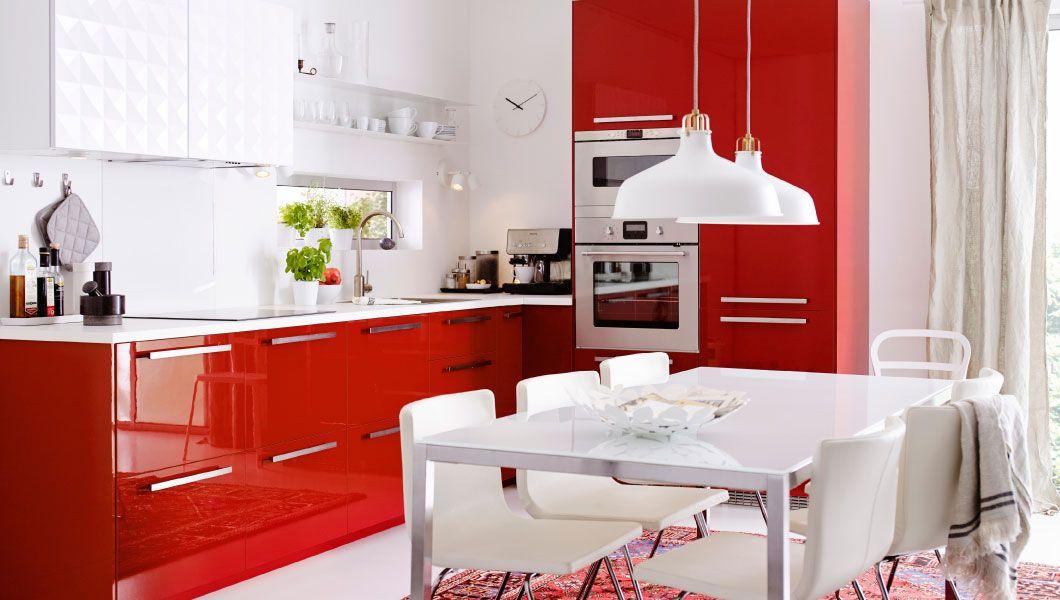 Moderne, rødt køkken med RINGHULT HERRESTAD fronter, integrerede hvidevarer og hvide bordplader