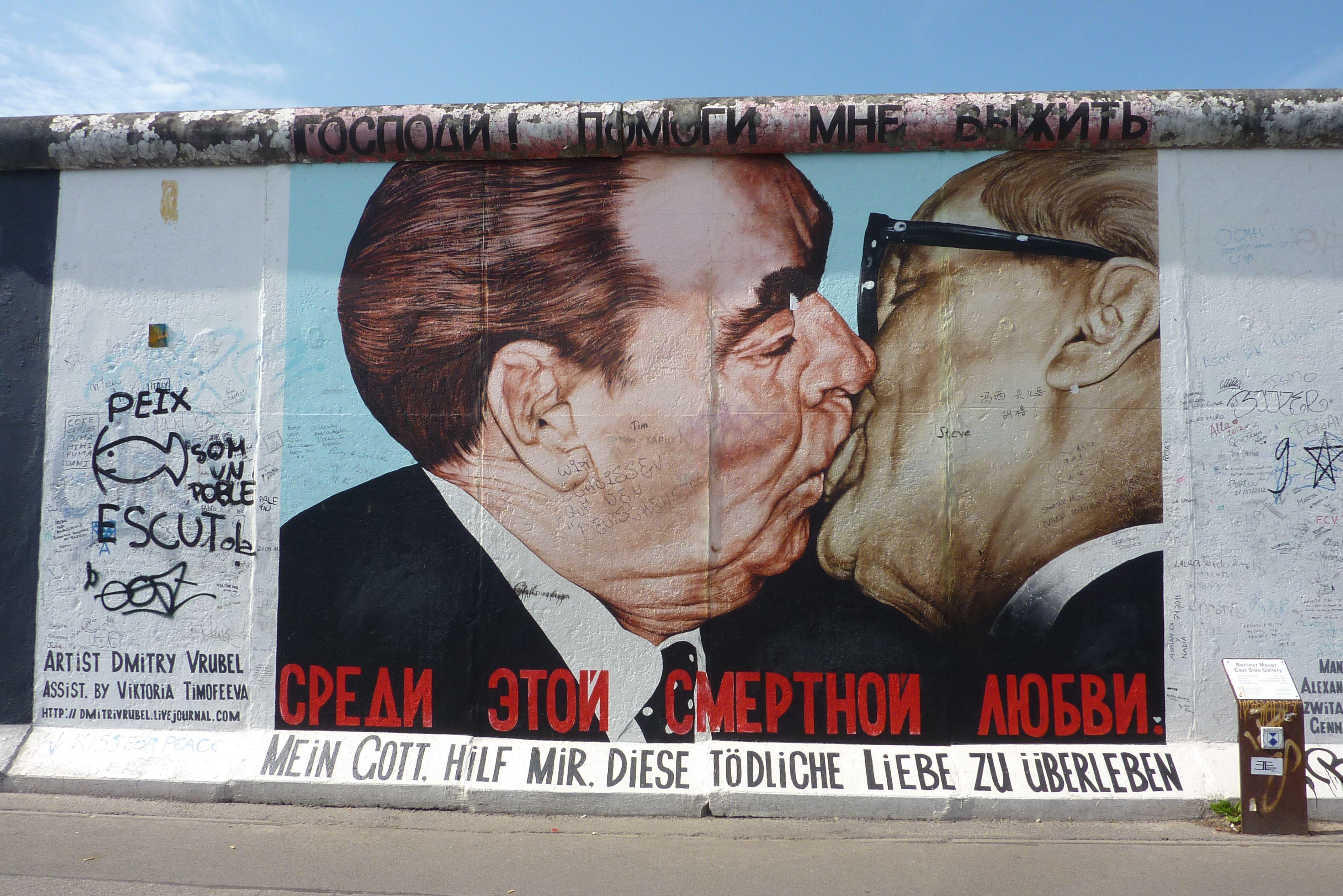 מי ואיפה הם East Side Gallery Berlin Wall Berlin Street