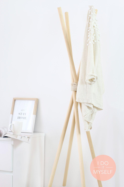 diy le porte manteau en bois diy the wooden coat hanger diy tipi
