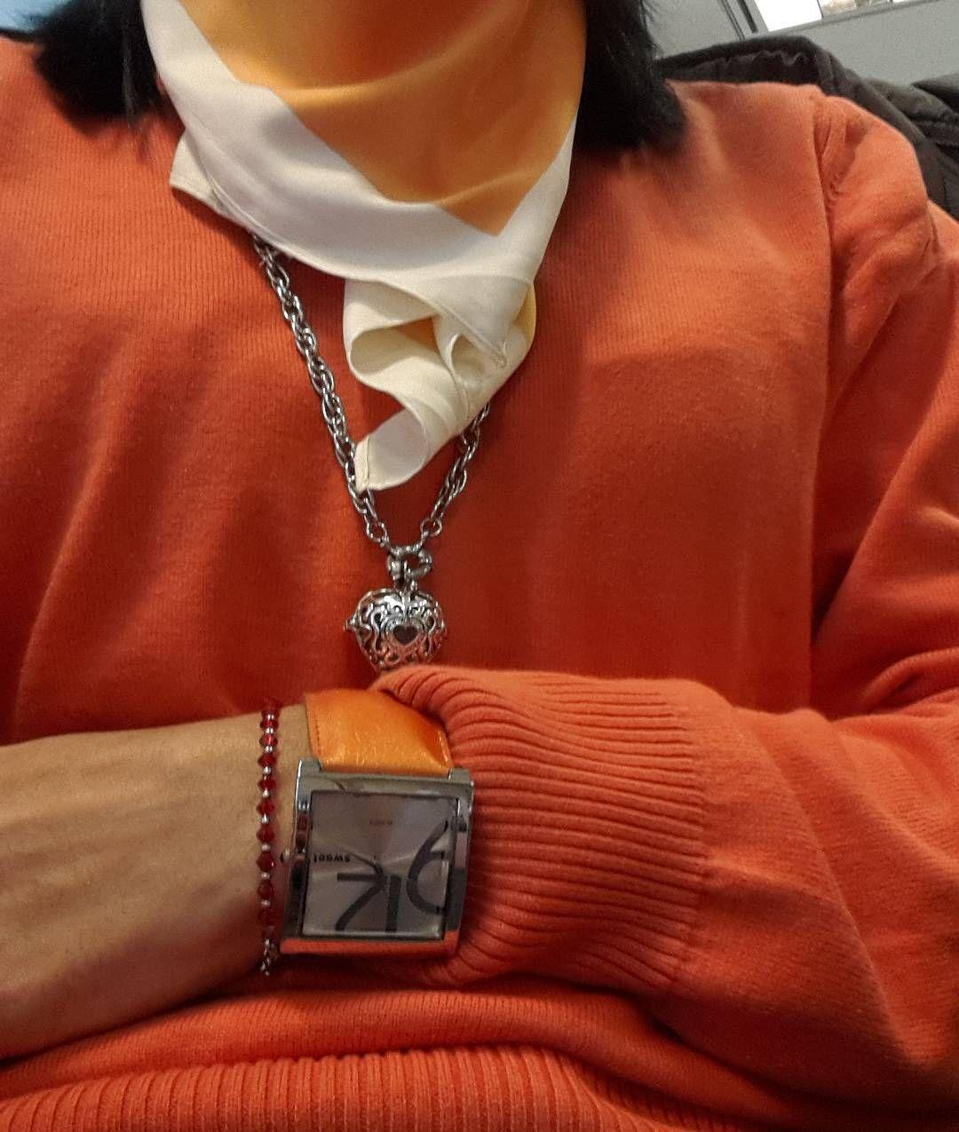Si la #primavera no viene a vos vos te vestis de primavera.  Si vas a combinar la ropa...combinala bien. #spring #naranja #orange #casual #Friday #watch #reloj #pashmina @assiataifan aporta #relicario con #piedra!