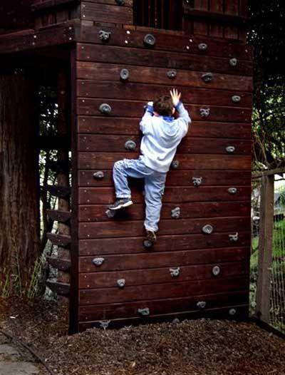 15 Ideas para construir un rocódromo o pared de escalada infantil en
