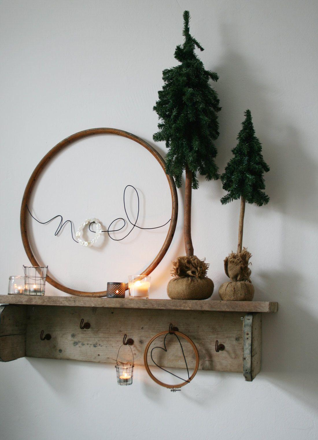 Photo of Holzreifen mit Schriftzug als Weihnachtsdekoration