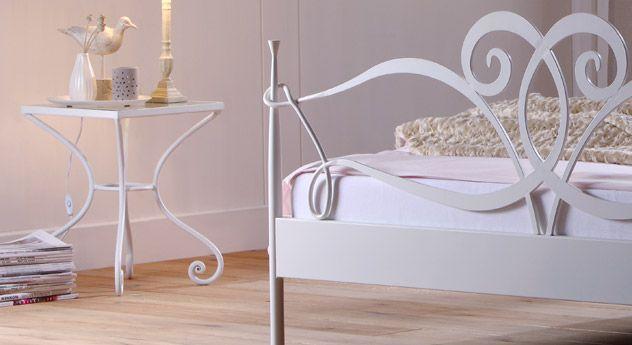 Schicker Nachttisch in zwei verschiedenen FarbenBettende - schlafzimmer mediterran
