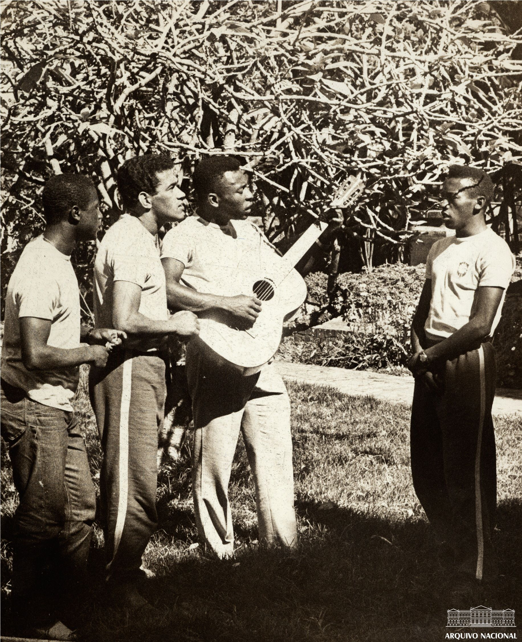 ae52acf1cf Pelé tocando violão com Garrincha e outros jogadores em um momento de  descanso durante a preparação para a Copa do Mundo de 1966.
