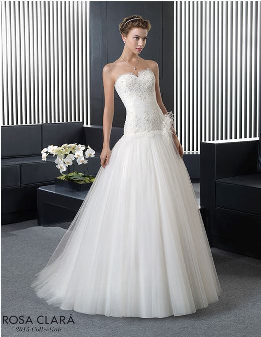 Vestidos con escote corazón, corte en la cadera y falda de tul… / Gowns with sweetheart neckline, low waistline and tulle skirt