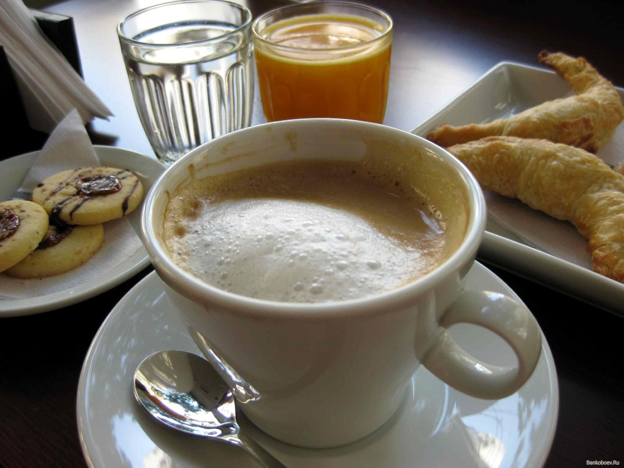 обои Чашка латте,  свежая вода и витаминный сок с выпечкой на завтрак фото