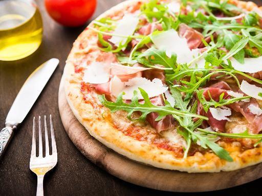 Pizza con crudo rucola e grana