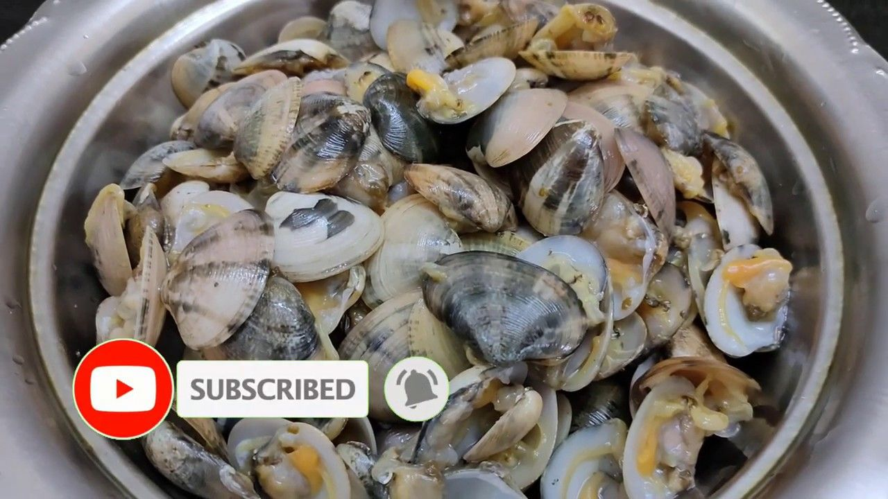 How To Open And Clean Clams Before Cooking In 2020 Cooking Clams Food