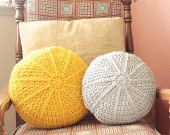 CROCHET PATTERN ⨯ Pillow, Round, Pom Pom ⨯ The Pestel Pillow