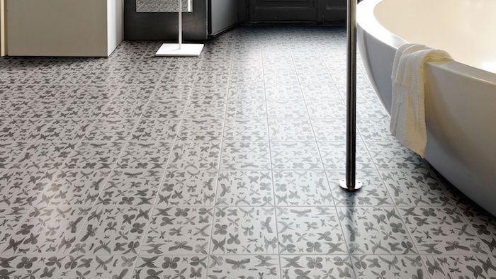 Graue Motive Auf Fliesen Design Fußboden, Schmetterlinge Motiven Im Modernen  Badezimmer