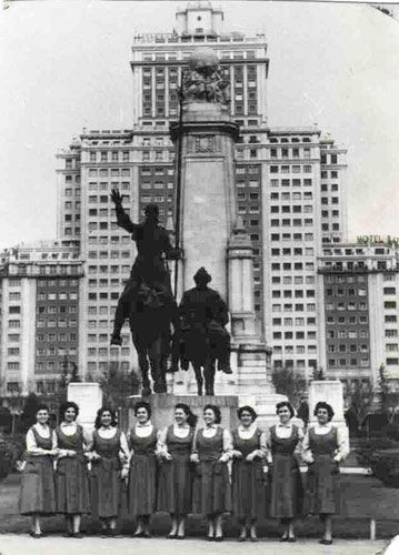 Un grupo de trabajadoras de la empresa santa luc a en la plaza espa a de madrid 1957 old - Oficinas santa lucia madrid ...