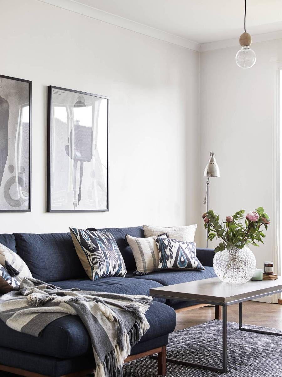 Suelo De Madera De Roble Sillas Azules Metal Papel De Pared En La Cocina Mesa Madera Envejecida Blue Couch Living Room Blue Sofas Living Room Blue Sofa Living