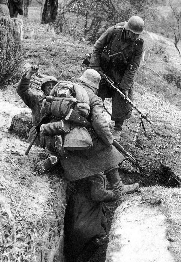 1941, Union Soviétique, Moscou, Des soldats allemands viennent de capturer des POWs russes dans une tranchée