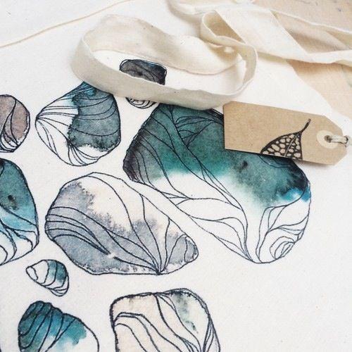 Bolsa de asas de algodón.Impresión con transferencia.Medidas bolsa: 36 x 39,5 cm aprox.Artista: Marina Guiu.