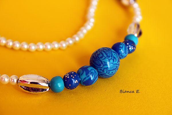 Schöne Halskette in blau, silber und weiß gehalten.    Bestehend aus folgender *Farb- und Materialkombination*:   - handgefertigten Perlen aus Polymer