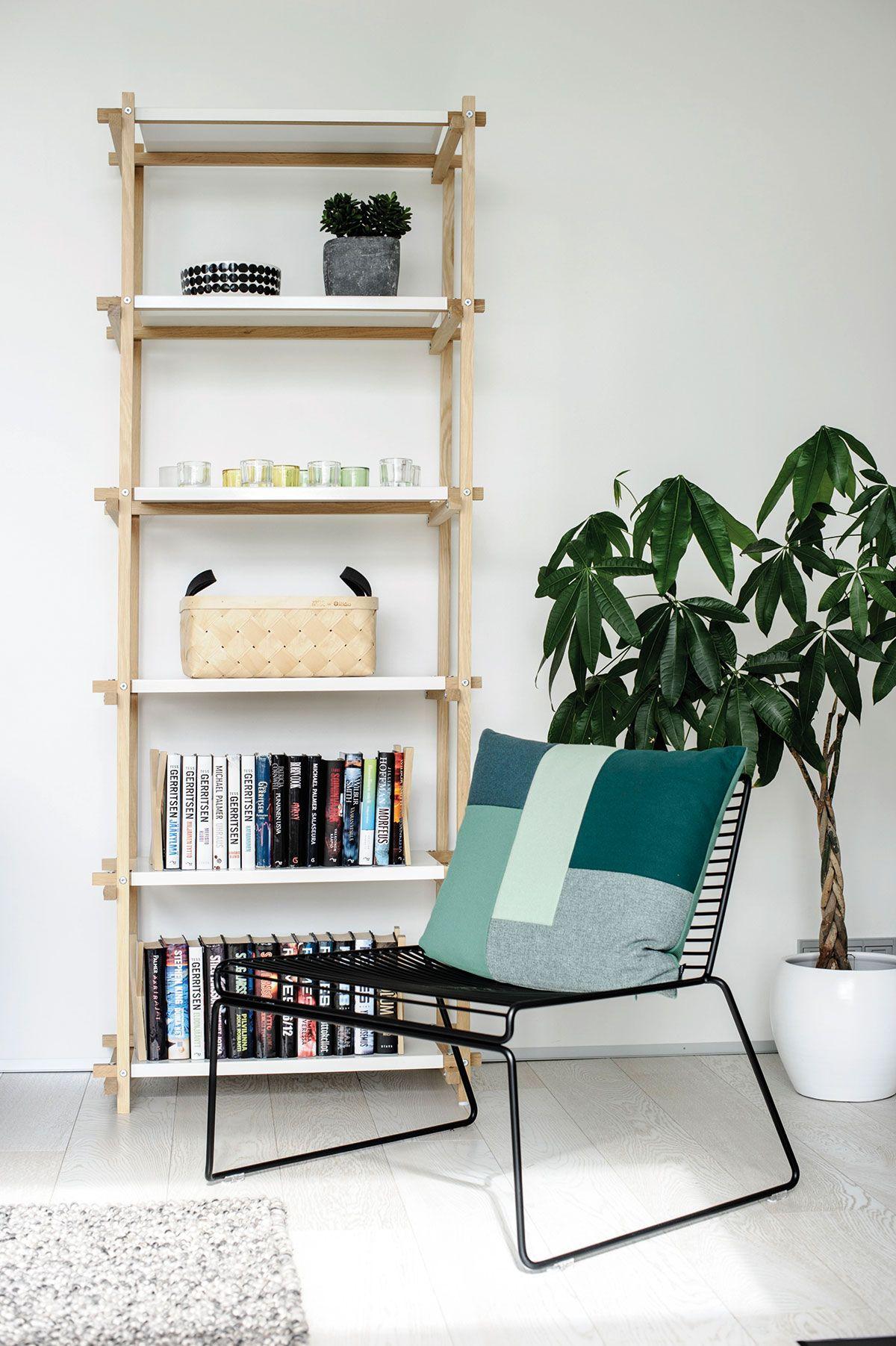 Takan vieressä on pieni lukunurkkaus. Kirjat on sijoitettu Hayn Woody-kirjahyllyyn. Viereen sopii Hayn Hee-nojatuoli.