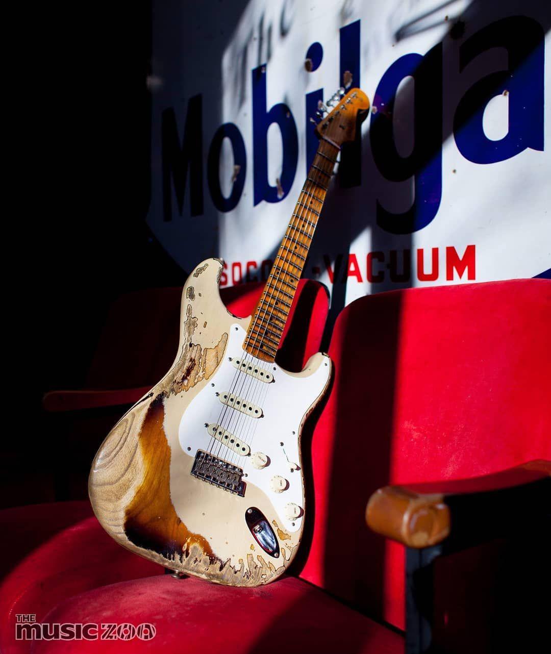 Fendercustomshop 57 Stratocaster Sporting A Desert Sand Over 2 Tone Sunburst Finish 6105 Frets And Handwound 57 Strat Pickups