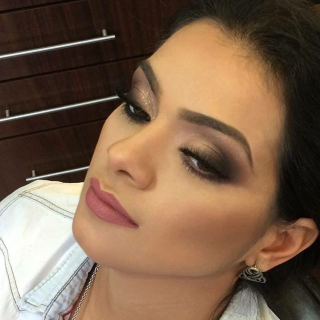 Detalhes da Noivinha  @bruna_camargos_g . (em processo )Beleza Noivas Por Ederson Oliveira #beauty @edersonoliver_beauty  ##Beauty @edersonoliver_beauty  #makeb #DesafioDaBeleza4 #edersonnognt #DesafioDaBelezaNoGNT @anastasiabeverlyhills #anastasiabeverlyhills @vegas_nay #vegasnay #kryolanbrasil #indicetokyo #nee #maccosmetics #makeupforever #vogue. @umamaquiagem @brutavaresppf