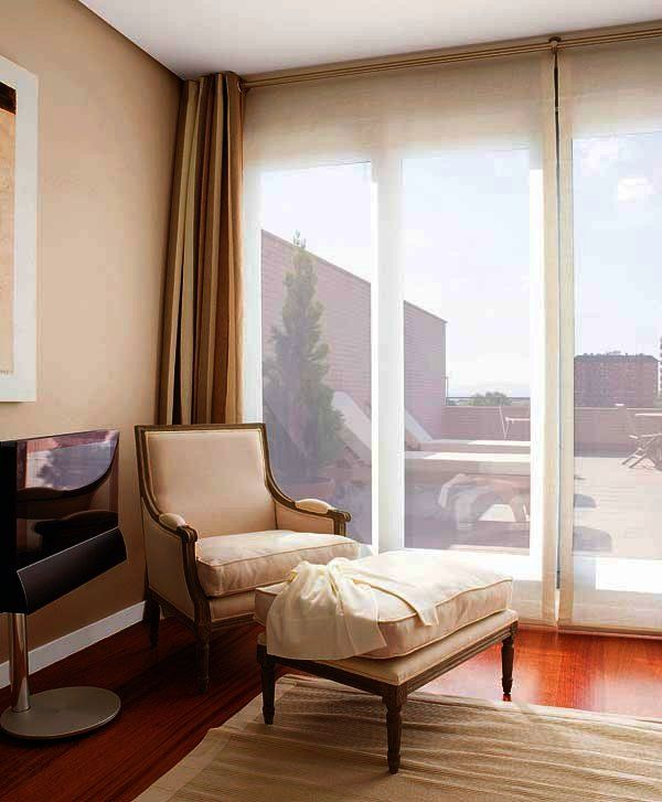 Diez ideas para combinar cortinas y estores estor for Ideas cortinas salon