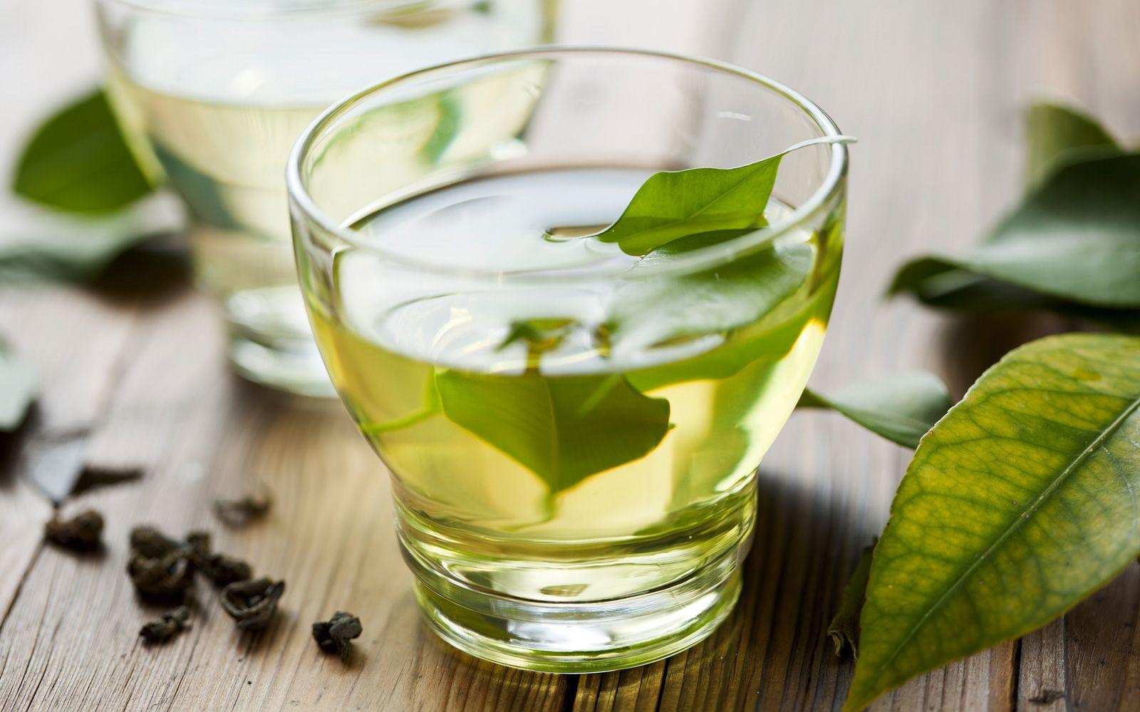 Il tè verde è un valido sostituto di quello nero: ricchissimo di antiossidanti protettivi e antietà, è ottimo anche freddo