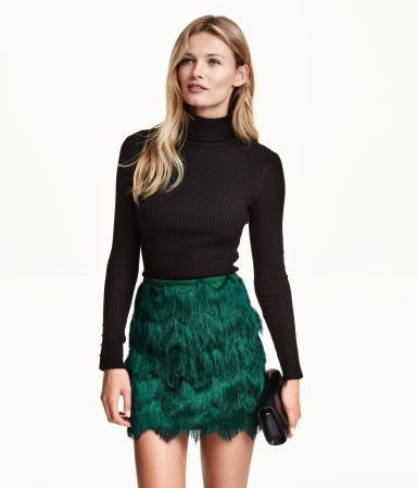 Short skirt in emerald green with zigzag-cut fringe. Visible back zip and jersey lining. | Party in H&M