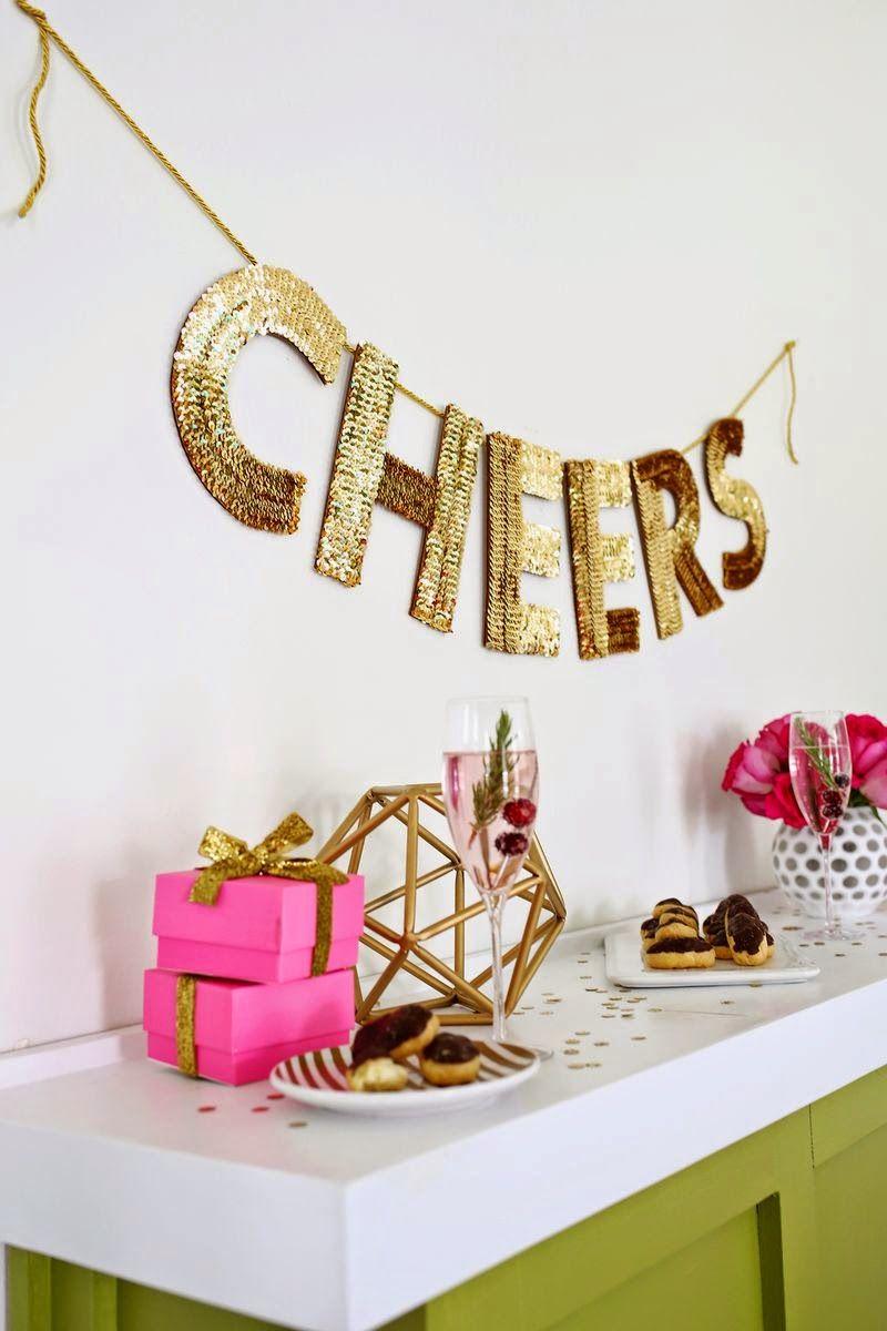 Hoy toca compartir con vosotros un super fácil DIY perfecto para crear una guirnalda de letras con lentejuelas doradas incorporadas y a...
