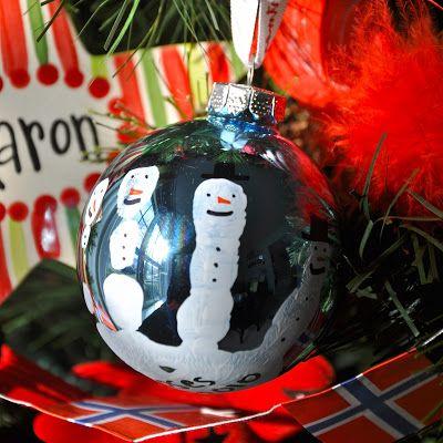 como hacer adornos de navidad para niños muy faciles como lo son estos colgantes con huellitas