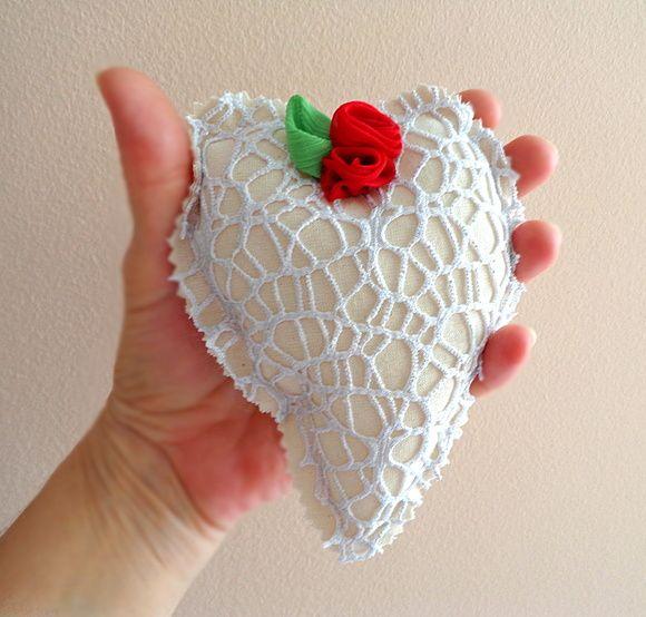 Coração em algodão cru com tela vazada brilho prateado, flores de musselina e botão autêntico vintage de coleção.