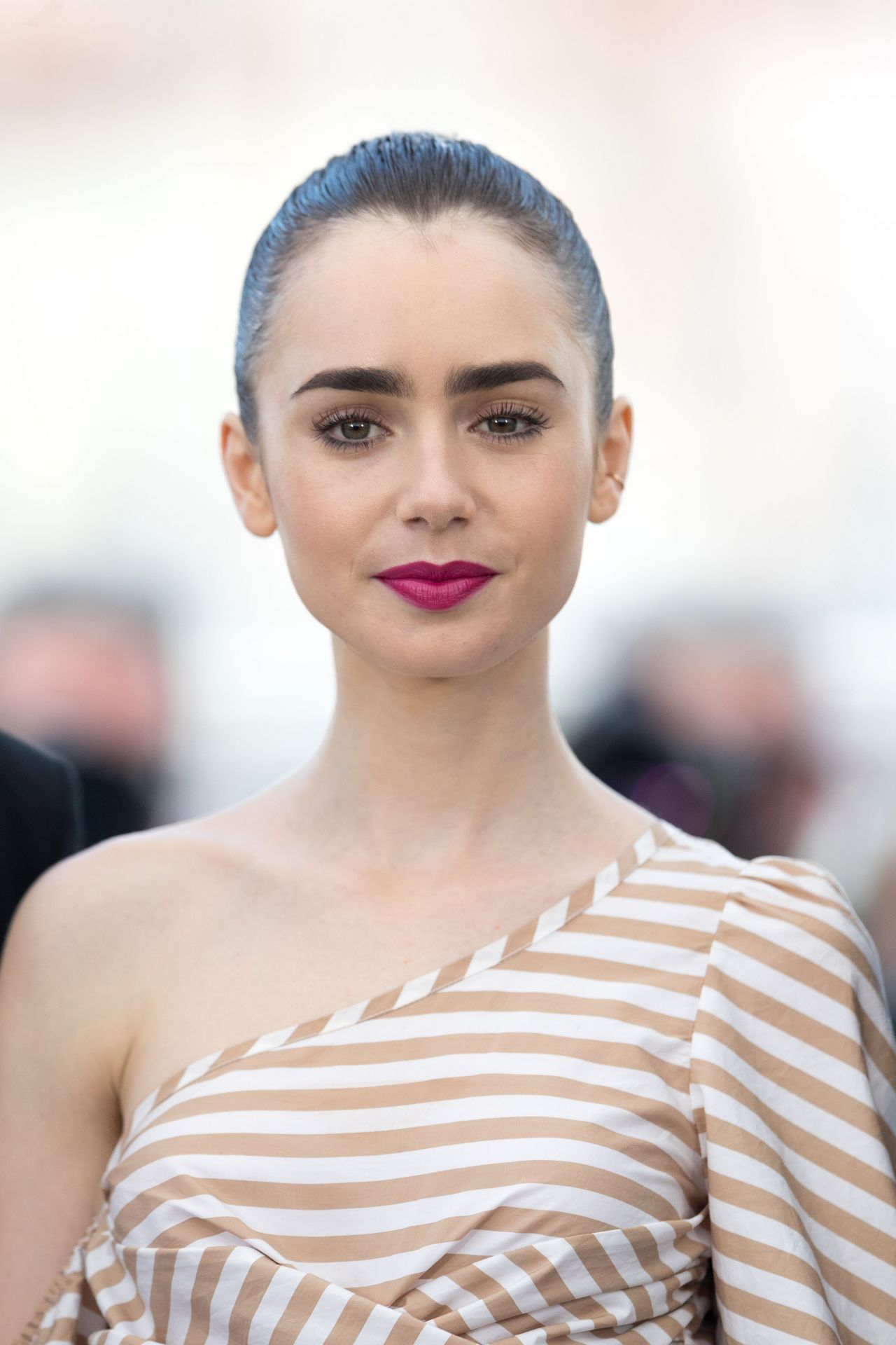 lily-collins-okja-photocall-at-70th-cannes-film-festival-05-19-2017-8.jpg (1280×1920)