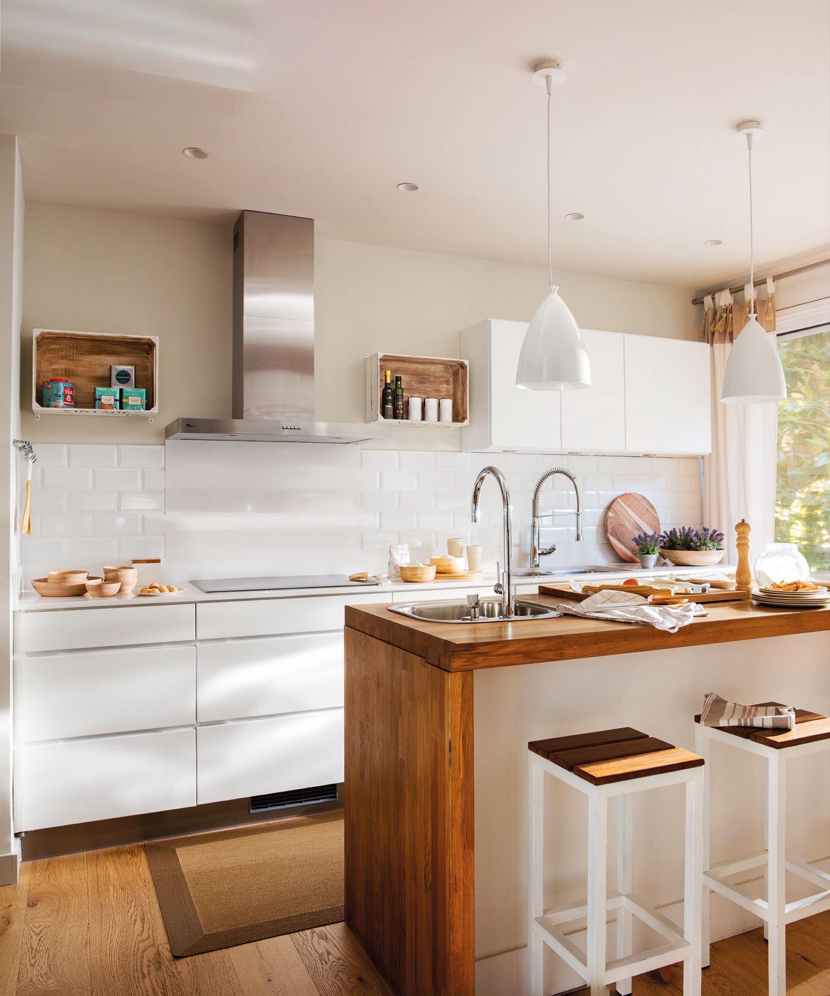 Cocina con isla central en blanco y madera decoraci n for Pisos para cocina moderna