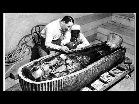 Howard Carter ispeziona assieme ad esperto egiziano il secondo sarcofago del Re Tutankhamon
