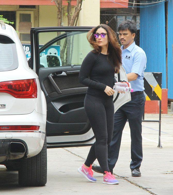 Photos Kareena Kapoor Khan Flaunts Hot Bod In Skin Tight Gym Wear Entertainment Midaybollywood Fitnessgoals Bolly How To Wear Bollywood Fashion Gym Wear