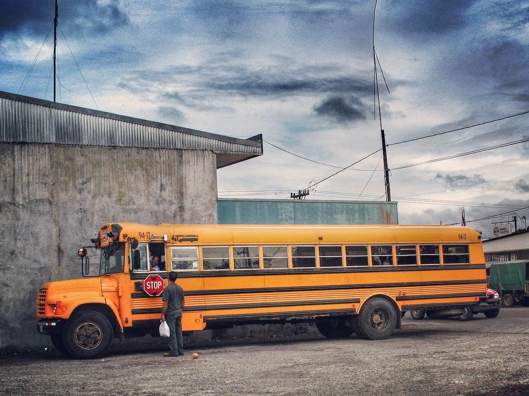Interminable #autobús escolar en la localidad #costarricense de #Cariari.  Cariari es el distrito 5 del cantón de #Pococí en la provincia de #Limón #CostaRica. Tiene una superficie de 22429 km y una población estimada de 34.176 habitantes (2010) siendo uno de los más densamente poblados de la provincia.  La cabeera homónima es un poblado rural en expansión tanto comercial y a nivel agrícola ubicado a unos 23 kilómetros al norte de la ciudad de #Guápiles.  #latinoamericaneando en el país de…