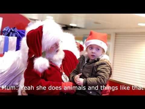 Santa Claus sorprende a pequeña que no escucha hablándole en lengua de señas