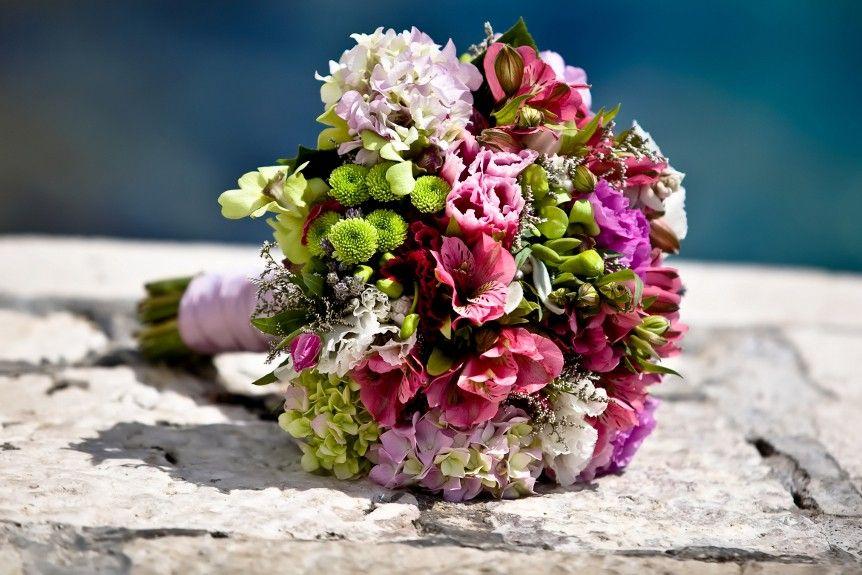 Farbenfroher Brautstrau in Biedermeierform mit