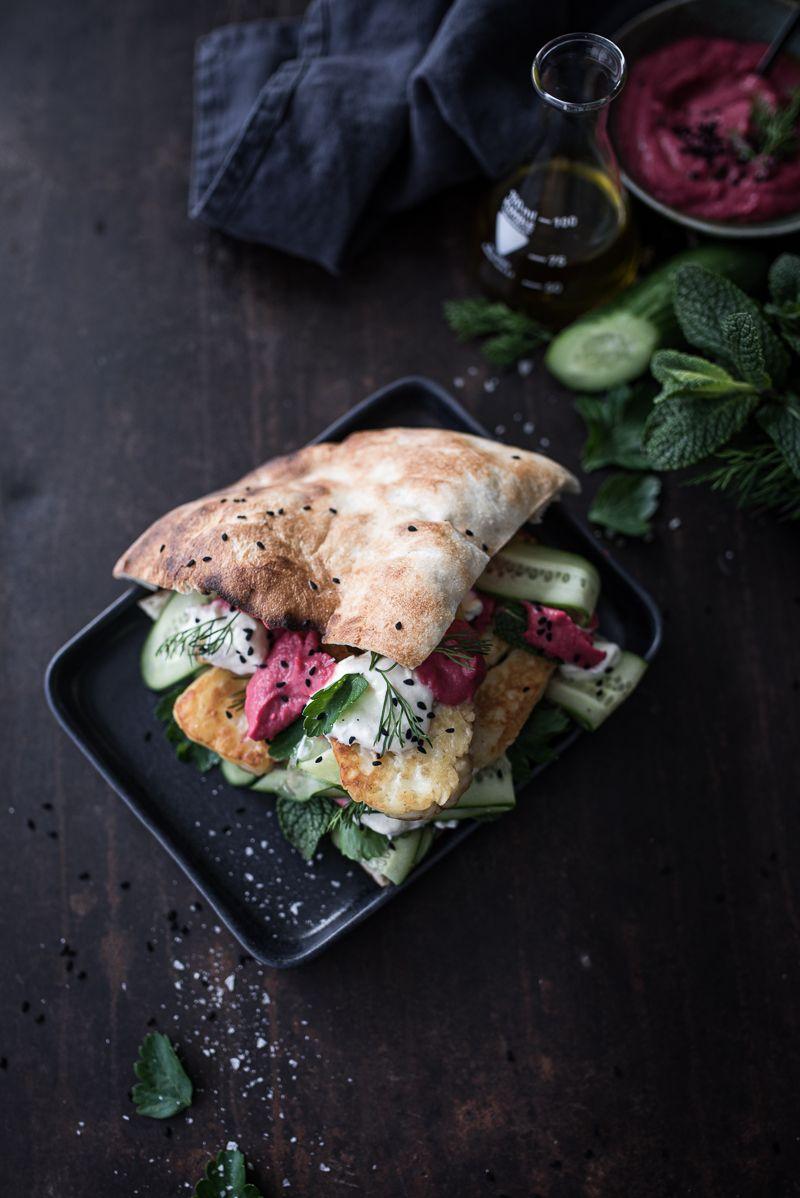 Mit einem dick belegten Sandwich hast du mein tricky Herz ja im Sturm erobert. Wenn du dann noch knusprig gebratenen Halloumi Käse und orientalische Aromen mit reinpackst, dann könnte es sein, dass …