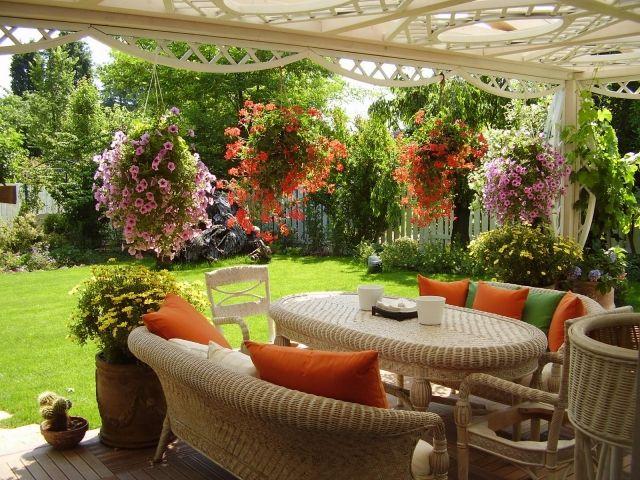garten gestalten rasenfläche blumenampel rattan möbel terrasse - Terrasse Im Garten Herausvorderungen