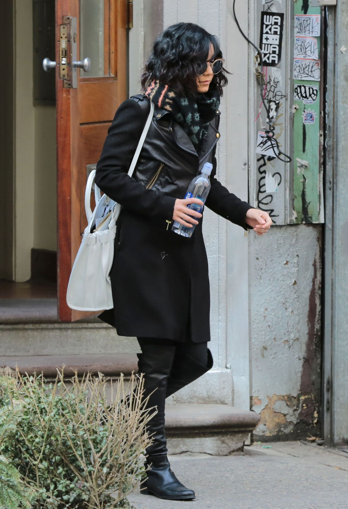 vanessa-hudgens-out-and-about-in-new-york-2503_5.jpg (1200×1757)