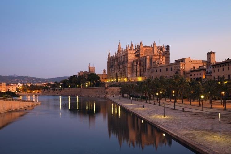La Catedral de Mallorca es el principal edificio religioso de la isla de Mallorca. En mallorquín, se la conoce como 'La Seu'. Consiste en un templo de estilo gótico levantino construido a la orilla de la bahía de Palma. Se asoma al mar sobre murallas romanas y renacentistas que protegían a la ciudad, siendo la única catedral gótica que cumple con esta peculiaridad.