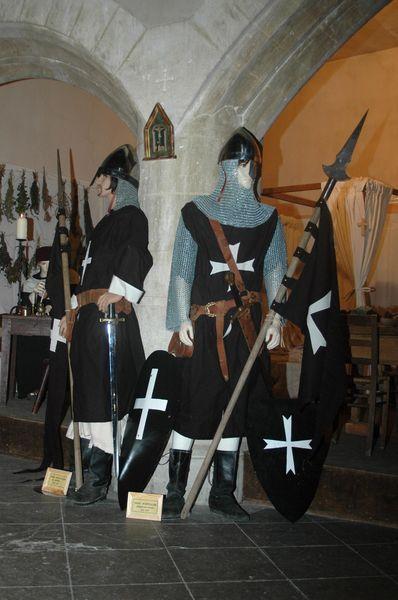 Decors personnages mannequins en costumes medievaux soldats en tenue de campagne - Fabrication cotte de maille ...