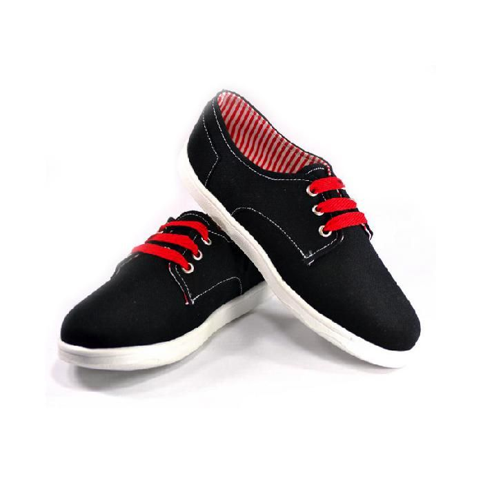 ¡¡ Quítale un poco de formalidad al negro !! Tennis casuales de tela, negro con forro a rayas rojas/blancas, agujetas y bordado rojo.