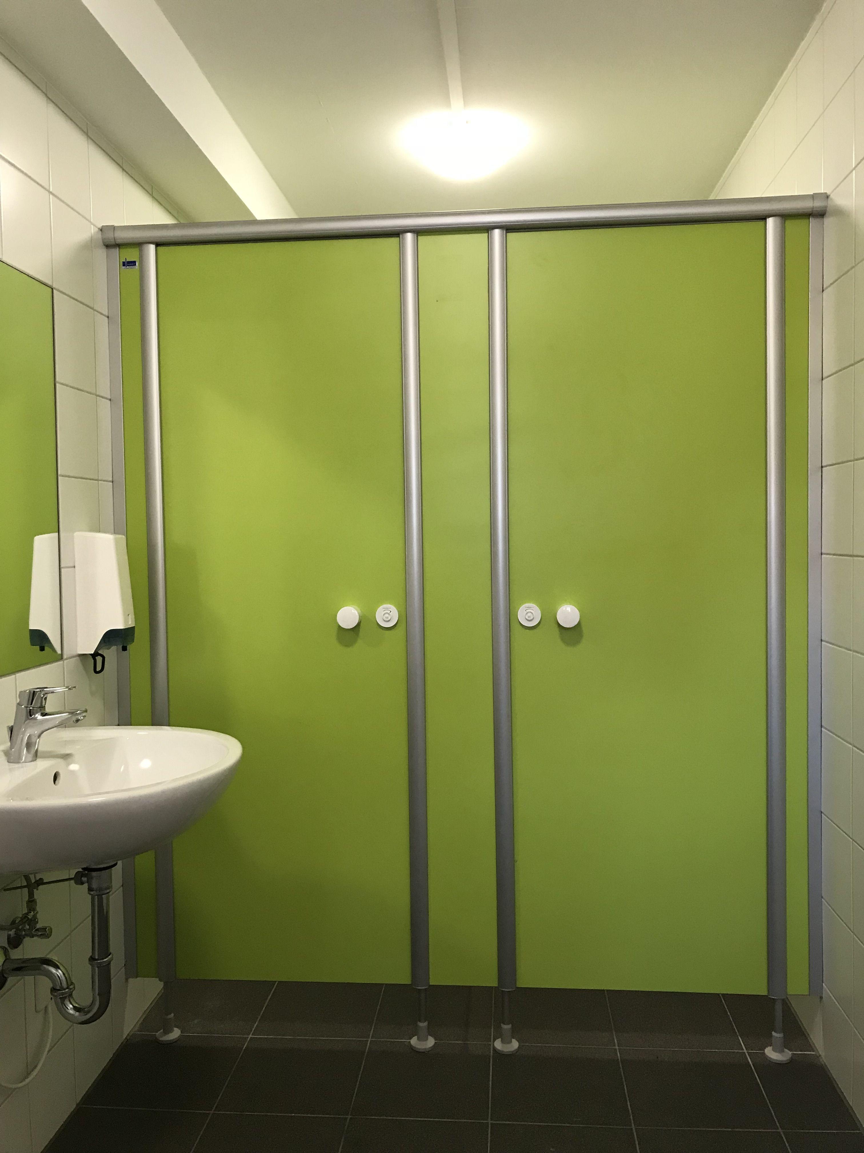 Wc Kabinenanlage C Basic Von Kemmlit In Farbe Limonengrun Mit Eloxierten Profilen Wc Trennwande Duschabtrennung Trennwand