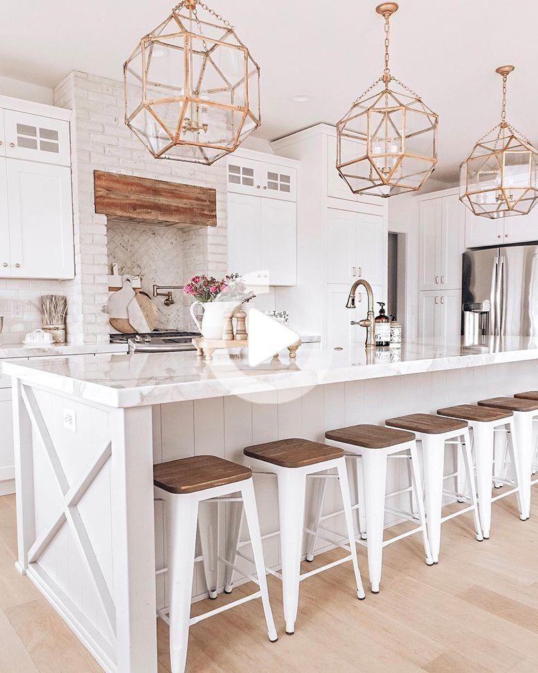 aggiornamento sgabelli cucina, ottone lampada, cucina bianca | Nina Williams Blog #kitchendesign #kitcheninspo #whitekitchen #kitchen #lightfixtures #kitchenisland #cucinadiluna