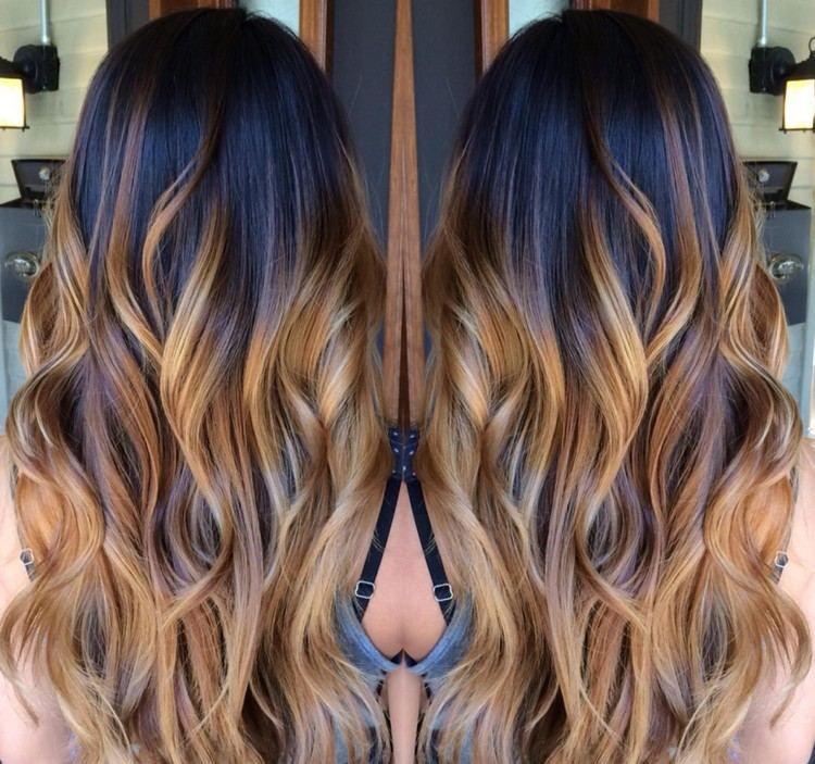 ombré blonde sur cheveux longs, brushing ondule et racines châtain foncé   idées de couleur