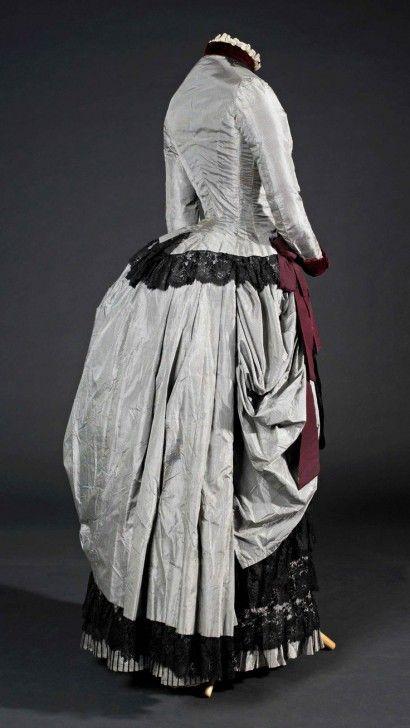 Dress. Barcelona. 1885. Silk taffeta and velvet, silk cannelé ribbon, machine lace. Donated by Roser Palomera i Camps, 1987. MTIB 146255
