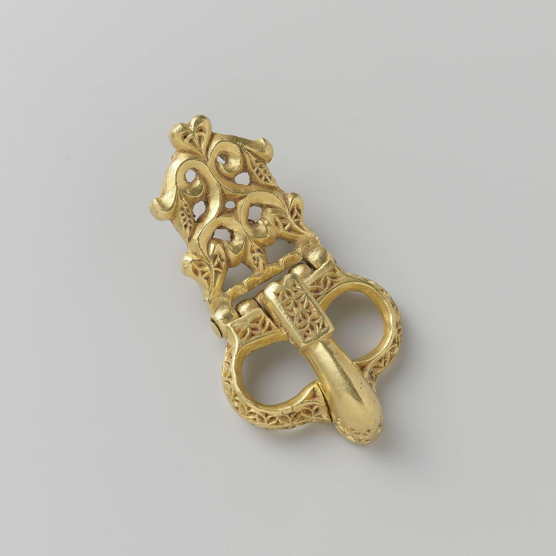 Anonymous | Gesp, Anonymous, c. 500 - c. 700 | Gesp van goud. Het lange, smal toelopende aanzetstuk is opengewerkt en bestaat uit bloem- en bladmotieven. Gevonden in Antiochie.