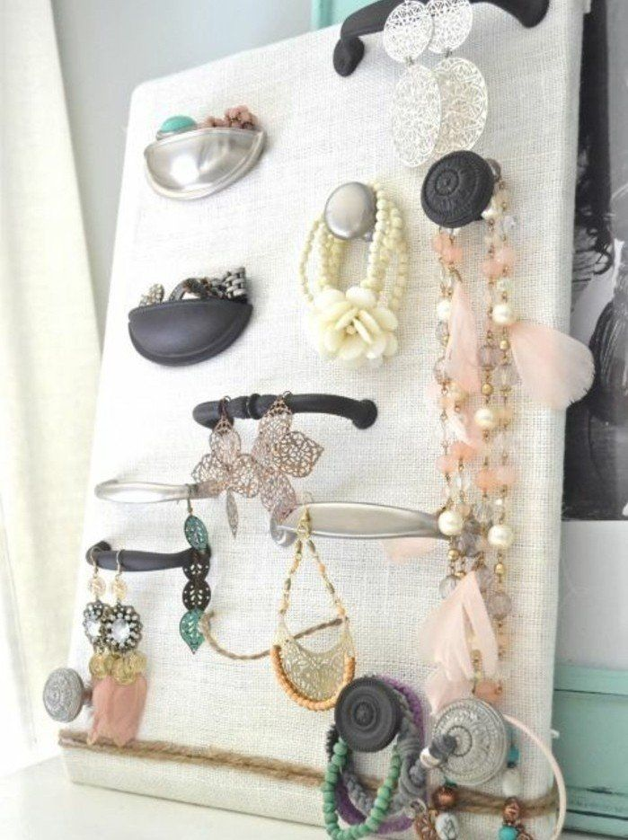 rangement bijoux a faire soi meme  des poign u00e9es de porte sur une planche en bois  porte bijou