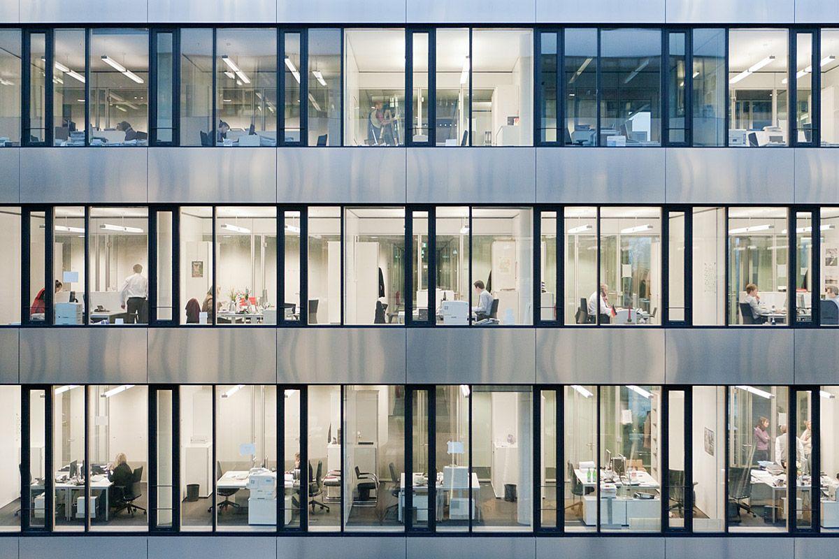 Fassade bürogebäude  Versicherungsunternehmen, Hannover - Außenfassade bei Nacht ...
