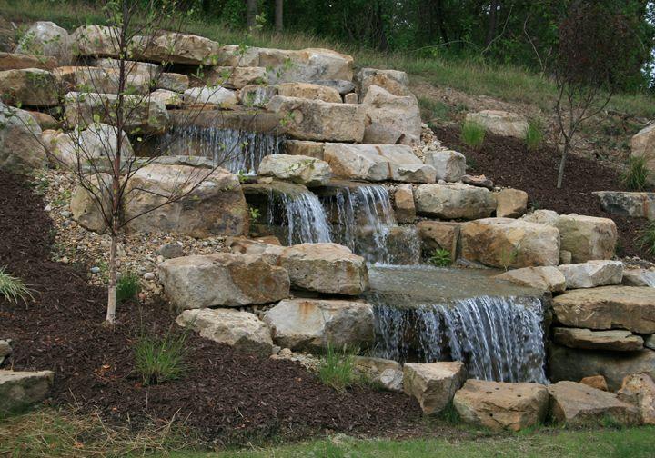 cascada o fuente hecha en piedras gruesas Ideas para el jardín - cascadas en jardines